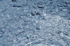 雨 与恶劣天气的美好的抽象背景 下雨落入水的下落 库存照片