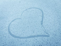 雨水滴在心脏形状 免版税库存图片