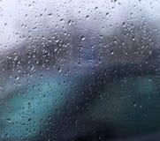雨水滴在汽车玻璃的 免版税图库摄影