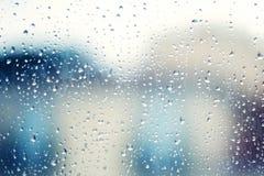 雨水滴在窗口的作为背景 多雨秋天的日 库存照片