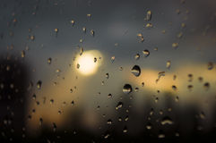 雨水滴在窗口的 免版税图库摄影