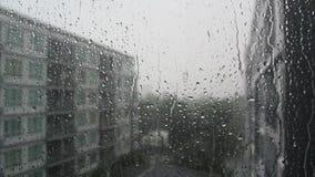 雨水滴在窗玻璃的 库存照片