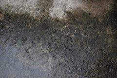 雨水在水泥损伤削皮油漆漏和发霉 免版税库存图片