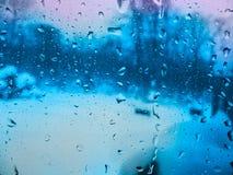 雨水滴在玻璃的早晨 免版税库存照片