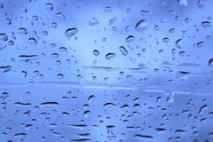 雨水滴在玻璃的 库存照片