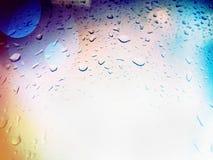 雨水滴在玻璃的 免版税库存照片