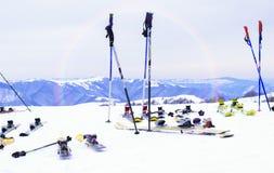 滑雪、冬天季节、山和滑雪设备在滑雪坡道 图库摄影
