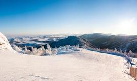 雪、山和天空 库存图片