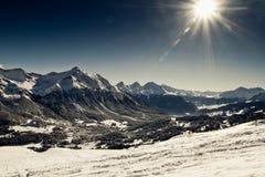 雪、山和星期日 免版税库存照片