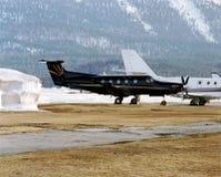雪、山和飞机在圣盛生瑞士机场  库存照片