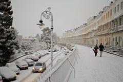 雪、Clifton皇家约克月牙的汽车和人们 免版税库存照片