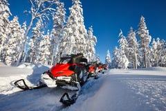 雪上电车在多雪的芬兰 免版税库存图片
