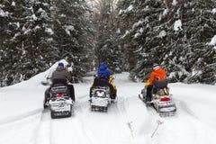 雪上电车的三个朋友 库存照片