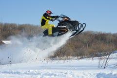 雪上电车的人在冬天山 免版税图库摄影