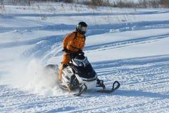 雪上电车的人在冬天山 图库摄影