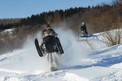 雪上电车的人在冬天山 免版税库存图片
