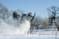 雪上电车的人在冬天山 免版税库存照片