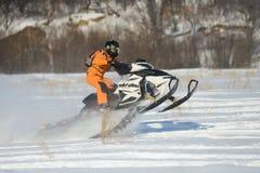 雪上电车的人在冬天山 库存图片