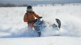 雪上电车的人在冬天山 库存照片