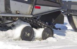 雪上电车的路辗 免版税库存照片
