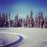 雪上电车轨道风景instagram在雪的 免版税库存照片