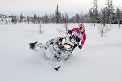 雪上电车,女孩,桃红色冬天,北极星 免版税图库摄影