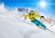 滑雪下坡在高山的滑雪者 免版税图库摄影