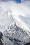雪与云彩的山峰在亚丁 库存照片