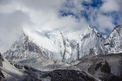 雪与云彩的山峰在亚丁nationa 免版税库存图片