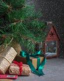 雪与礼物的圣诞树 免版税库存照片