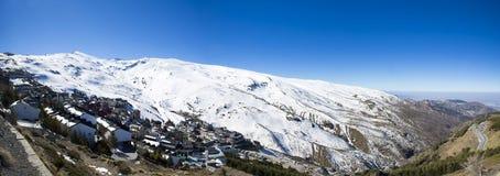 雪与蓝天的山风景全景从山脉Ne 免版税库存照片