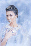 雪与水晶的女王/王后概念在她的手指之间 免版税图库摄影