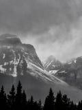 雪与暴风云的加盖的山峰 库存照片