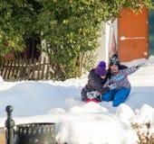 雪乐趣波摩莱保加利亚孩子在冬天 免版税库存照片