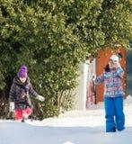 雪乐趣波摩莱保加利亚孩子在冬天2017年 库存图片