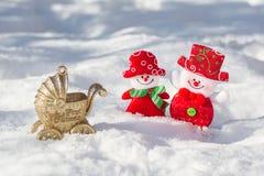 雪人丈夫和妻子是美妙地穿戴的微笑 我首先的圣诞节 诞生一个孩子圣诞节和新年 免版税库存图片