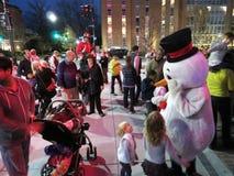 雪人和人群在圣诞节庆祝 免版税图库摄影