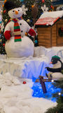 雪人和企鹅-圣诞节概念 免版税库存图片