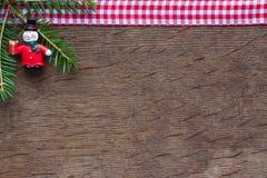雪人和圣诞树的分支在木背景的 库存照片
