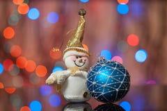 雪人和圣诞节玩具 免版税库存图片
