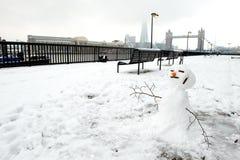 雪人和塔桥梁,伦敦,英国 库存照片