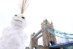 雪人和塔桥梁,伦敦,英国 免版税库存图片