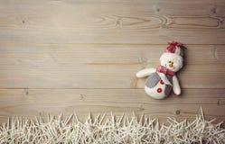 雪人和小蜡烛在木桌上 免版税库存照片