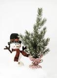 雪人和树与镶边基地 免版税库存照片