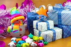 雪人和礼物盒有圣诞树和小星纸的 免版税库存图片