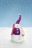 雪人在与滑雪的雪站立 免版税图库摄影