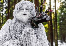 雪人在冬天森林室外幻想照片的童话字符 免版税库存图片