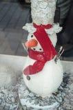 雪人在圣诞节装饰的一个陈列室里 免版税库存图片