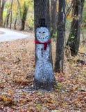 雪人在树绘了 免版税库存照片