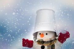 雪人在降雪、圣诞快乐和愉快的新的Y站立 免版税图库摄影